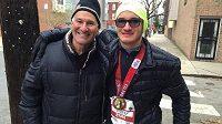 Evan Megoulas se svým otcem Christem v cíli. Oba už spokojeni.
