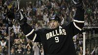Mike Modano se v dresu Dallasu raduje z branky.