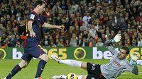 Barcelonský Lionel Messi (vlevo) se snaží proniknout podél gólmana Celty Vigo Javiho Varase.