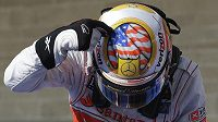 """Vyhrála to helma...? Lewis Hamilton se v cíli pochlubil speciální """"americkou"""" přilbou."""