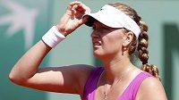 Česká tenistka Petra Kvitová si upravuje kšilt během utkání prvního kola French Open, které hladce vyhrála.