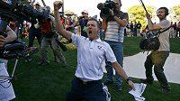 Anglický golfista Ian Poulter se raduje z výhry v prestižním Ryder Cupu