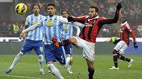 Marco Capuano (druhý zleva) z Pescary v souboji s Giampaolem Pazzinim (druhý zprava) z AC Milán.