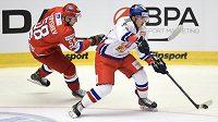 Ruský útočník Anton Slepyšev (vlevo) se snaží zastavit českého útočníka Dominika Simona během utkání Euro Hockey Tour v Karlových Varech.