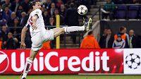 Akrobatická pozice - v tech si střelec PSG Zlatan Ibrahimovic libuje.