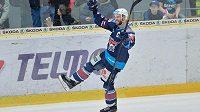 Michal Vondrka, autor druhého gólu Chomutova, slaví na ledě Mladé Boleslavi během zápasu předkola play off hokejové extraligy.
