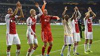 Fotbalisté Ajaxu Amsterdam slaví s fanoušky vítězství v Lize mistrů nad Celtikem Glasgow.