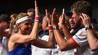 Dojemné loučení s Fed Cupem. Lucie Šafářová se zdraví se členy týmu po zápase, v němž s Barborou Krejčíkovou porazily Kanaďanky Gabrielu Dabrowskou a Sharon Fichmanovou. Pro Šafářovou to byl poslední zápas za reprezentaci, po Roland Garros ukončí kariéru.
