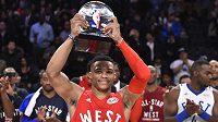 Basketbalista Oklahomy Russell Westbrook s trofejí pro nejužitečnějšího hráče Utkání hvězd NBA.