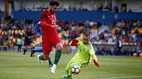 Kyperský brankář Antonis Georgallides a Portugalec Andre Gomes v přípravném utkání.