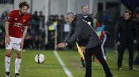 Kouč Manchesteru United José Mourinho a Daley Blind během utkání v Rostově.