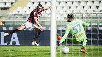 Andrea Belotti z FC Turín střílí gól v ligovém utkání s Atalantou Bergamo.