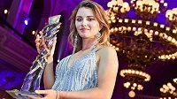 Klára Spilková s trofejí pro vítězku ankety Golfista roku 2018.