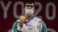 Akbar Džurajev z Uzbekistánu získal vzpěračské zlato na hrách Tokiu v kategorii do 109 kg.