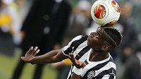 Paul Pogba z Juventusu se snaží zkrotit míč v semifinálové odvetě Evropské ligy proti Benfice Lisabon.