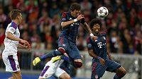 Mario Mandžukič (uprostřed) střílí hlavou druhý gól Bayernu Mnichov v utkání Ligy mistrů proti CSKA Moskva.