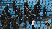 Zákrok policie proti polským fanouškům Baníku Ostrava.