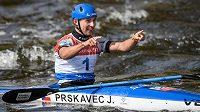 Kajakář Jiří Prskavec oslavuje vítězství na mistrovství Evropy ve vodním slalomu v Praze.