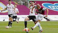 Fotbalista Burnley Matěj Vydra pálí na branku Sheffieldu United.