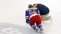 Derek Stepan z New York Rangers po zranění v boji s Montrealem.