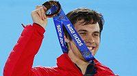 Švýcar Sandro Viletta pózuje se zlatou medailí ze superkombinace.