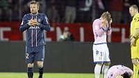Záložník Paris Saint-Germain David Beckham (vlevo) byl na hřišti Evianu vyloučen.