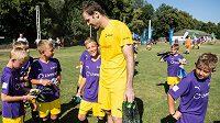 Na své letní škole vítal Petr Čech téměř stovku dětí.