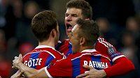 Autor vedoucího gólu Bayernu Thomas Müller (uprostřed) oslavuje se spoluhráči Mariem Götzem a Rafinhou.