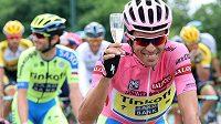 Španěl Alberto Contador v průběhu závěrečné etapy Gira d´Italia s tradiční sklenkou sektu pro celkového vítěze.