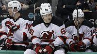 Jaromír Jágr (vpředu) si připsal dvě asistence, New Jersey ale prohrálo na ledě New Yorku Islanders 2:3 po samostatných nájezdech.