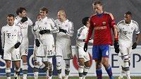 Fotbalisté Bayernu Mnichov slaví gól na hřišti CSKA Moskva.