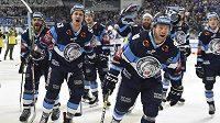 Hokejisté Liberce se radují z vítězství na ledě Brna a postupu do finále extraligy.