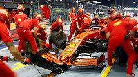 Tým mechaniků stáje Ferrari v akci během GP v Singapuru.
