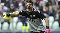 Brankář Juventusu Gianluigi Buffon diriguje spoluhráče v ligovém utkání s Carpi.