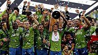 Fotbalisté Seattlu křepčí s trofejí pro vítěze MLS.