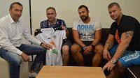 Poškozený fanoušek Petr Jánošič (druhý zleva) při setkání se zástupci vedení hradeckého klubu a bezpečnostní agentury.