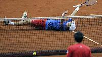 Tomáš Berdych leží na zemi po posledním míčku se Srbem Jankem Tipsarevičem ve čtvrtfinále Davis Cupu.