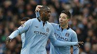 Yaya Touré z Manchesteru City (vlevo) se raduje se spoluhráčem Nasrim z gólu.