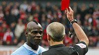 Útočník Manchesteru City Mario Balotelli vidí červenou kartu.