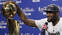 LeBron James s pohárem pro vítěze NBA.