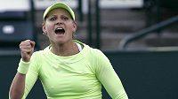 Lucie Šafářová se raduje z postupu nad Ruskou Zvonarevovou na turnaji v Charlestonu.