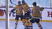 Radost v podání hokejistů Bostonu Bruins. David Pastrňák oslavuje svůj gól proti Philadelphii s parťáky Bradem Marchandem a Patricem Bergeronem.