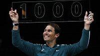 Španělský tenista Rafael Nadal po výhře nad krajanem Felicianem Lópezem oslavil v Paříži jubilejní tisící vítězství na okruhu ATP.