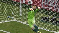 Ruský brankář Igor Akinfejev se chystá lapit míč po střele I Kun-hoa z Jižní Koreje.