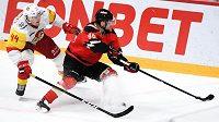 Známý hokejový útočník Sven Andrighetto (vpravo) se rozhodl zabalit své působení v KHL, kde hrál v dresu Omsku. Švýcar raději oželí smlouvu na milion dolarů a chce hrát doma ve Švýcarsku.