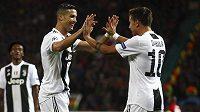 Paulo Dybala slaví úvodní branku utkání spolu s Ronaldem