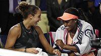 Poražená finalistka dvouhry žen na tenisovém US Open Madison Keysová po utkání žertovala se svojí kamarádkou Sloane Stephensovou (vpravo). Když se domlouvaly, že půjdou slavit do baru, navrhla Keysová kamarádce, že jí může zaplatit všechny drinky. A vítězka souhlasila.