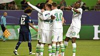 Maximilian Arnold se spoluhráči Wolfsburgu oslavuje gól proti Realu Madrid.