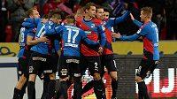 Hráči Plzně se radují z gólu Daniela Koláře (zcela vlevo).