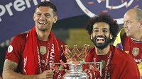 Dejan Lovren (vlevo) a Mohamed Salah při liverpoolských oslavách titulu.